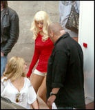 Christina Aguilera How tall is the guy behind her in the third pic? 8'3'? Foto 376 (�������� ������� ����� �������� ������� ������ �� ��� � ������� ���?  ���� 376)