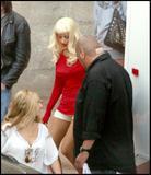 Christina Aguilera How tall is the guy behind her in the third pic? 8'3'? Foto 376 (Кристина Агилера Каким является высокий парень за ней в третьем ПИК?  Фото 376)